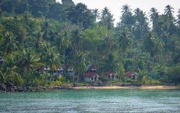 Les gens se baignant sur la plage avec beaucoup d'arbres de plam en Koh Chang, Thaïlande Image libre de droits