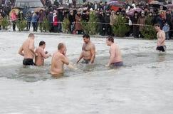 Les gens se baignent en rivière en hiver. Épiphanie chrétienne de festival religieux Photographie stock libre de droits