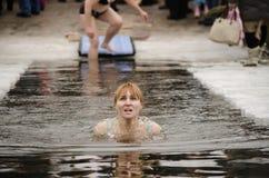 Les gens se baignent en rivière en hiver. Épiphanie chrétienne de festival religieux Photos libres de droits