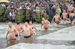 Les gens se baignent en rivière en hiver. Épiphanie chrétienne de festival religieux Photo libre de droits