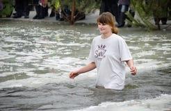 Les gens se baignent en rivière en hiver Images libres de droits