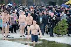 Les gens se baignent en rivière en hiver. Chrétien au sujet de Photographie stock libre de droits
