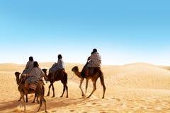 Les gens se débarrassant par le chameau Photo libre de droits