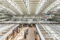 Les gens se dépêchent à la porte dans le terminal 2 à Hambourg Photos stock