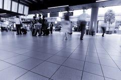 Les gens se déplaçant à l'aéroport Images libres de droits