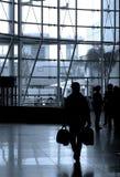 Les gens se déplaçant à l'aéroport Photo stock