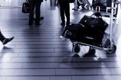 Les gens se déplaçant à l'airpor Image stock