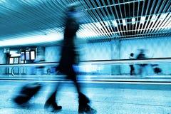 Les gens se déplaçant l'aéroport Photographie stock libre de droits