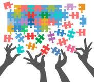 Les gens se joignent pour trouver des connexions de puzzle Images libres de droits