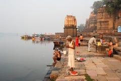 Les gens se lavant sur la rivière sacrée Narmada chez Maheshwar photos libres de droits