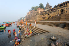 Les gens se lavant sur la rivière sacrée Narmada chez Maheshwar photographie stock