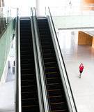 Les gens se précipitant sur l'escalator Photographie stock libre de droits