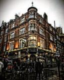 Les gens se précipitent par le bar de Londres extérieur dans la lumière de soirée au jardin de Covent photos stock
