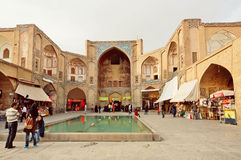 Les gens se réunissant à la place près des murs du bazar du 17ème siècle Images libres de droits
