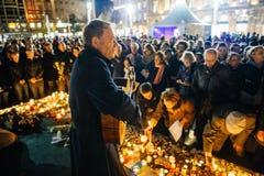 Les gens se réunissant par solidarité envers des victimes des assauts de Paris Photos stock