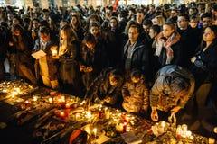 Les gens se réunissant par solidarité envers des victimes des assauts de Paris Photo libre de droits