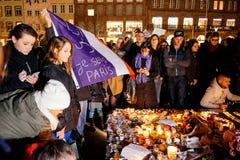 Les gens se réunissant par solidarité envers des victimes des assauts de Paris Photographie stock