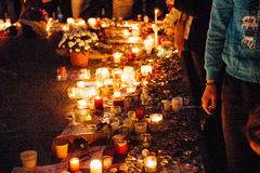 Les gens se réunissant par solidarité envers des victimes des assauts de Paris Photos libres de droits
