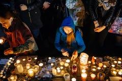 Les gens se réunissant par solidarité envers des victimes des assauts de Paris Image stock