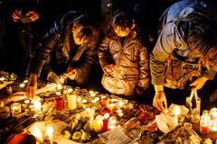 Les gens se réunissant par solidarité envers des victimes des assauts de Paris Image libre de droits