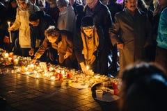 Les gens se réunissant par solidarité envers des victimes des assauts de Paris Images stock