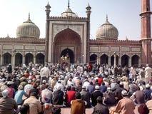 Les gens se réunissant pour offrir des prières de vendredi Photos libres de droits