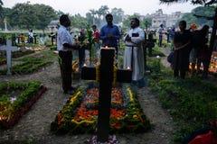 Les gens se réunissent pour célébrer tout le jour d'âmes dans Kolkata images stock