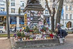 Les gens se rappellent Michael Jackson avec des cartes et des lettres au St Photo stock