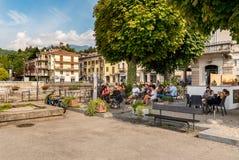 Les gens se reposant à la barre extérieure au centre de la petite ville de touristes Luino sur la côte du lac Maggiore, Italie image stock