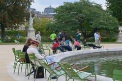 Les gens se reposant dans le Tuileries font du jardinage à Paris Image stock