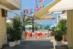 Les gens se reposant en café extérieur de plage près de la mer Viareggio, il Photos libres de droits