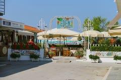 Les gens se reposant en café extérieur de plage près de la mer Viareggio, il Images stock