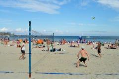 Les gens se reposant sur la plage Photos libres de droits