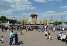Les gens se reposent à l'amitié de la fontaine de peuples au centre d'exposition Tout-russe de VDNKh sur Victory Day Photo stock