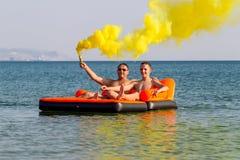 Les gens se reposent sur la mer photo libre de droits
