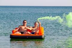 Les gens se reposent sur la mer photographie stock libre de droits