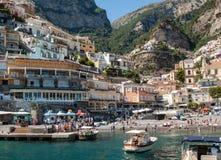 Les gens se reposent un jour ensoleillé à la plage dans Positano sur la côte d'Amalfi dans la Campanie de région, Italie Photo stock