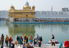 Les gens se réunissant autour du temple d'or Images libres de droits