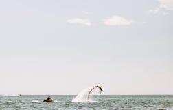 Les gens se sont engagés dans des sports extrêmes sur l'eau, Photo libre de droits