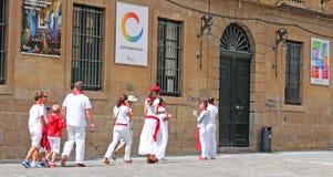 Les gens se sont habillés dans les couleurs de ville blanches et rouges à Pamplona Photos libres de droits
