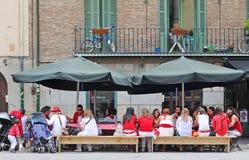 Les gens se sont habillés dans les couleurs de ville blanches et rouges à Pamplona Image libre de droits