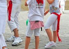 Les gens se sont habillés dans les couleurs de ville blanches et rouges à Pamplona Image stock