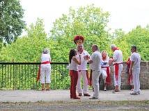 Les gens se sont habillés dans les couleurs de ville blanches et rouges à Pamplona Images stock