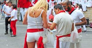 Les gens se sont habillés en rouge et blanc à Pamplona Photos libres de droits