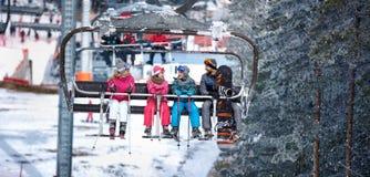 Les gens se soulèvent sur le téléski dans les montagnes Image stock
