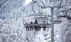 Les gens se soulèvent sur le téléski - ski en hautes montagnes Image libre de droits