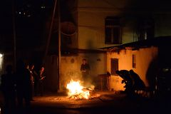 Les gens se tiennent autour d'un feu pour célébrer le Nowruz à Bakou, Azerbaïdjan Photos stock