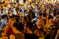 Les gens serrent la collecte près des Palaos de la Musica de Valence Image libre de droits