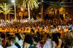 Les gens serrent la collecte près des Palaos de la Musica de Valence Photos libres de droits