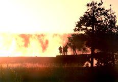 Les gens silhouettés contre le brouillard Photo libre de droits